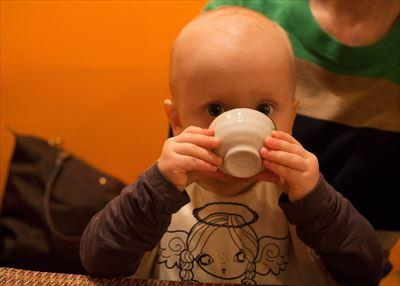 飲む赤ちゃん_R